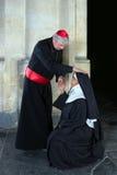 Monja que saluda al cardenal Imagen de archivo