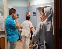 Monja y otras personas en un hospital imagen de archivo