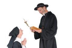 Monja y sacerdote de rogación Fotografía de archivo