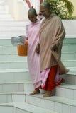 Monjas budistas en Myanmar Imagen de archivo libre de regalías