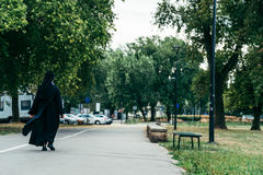 Monjas cristianas que caminan abajo de la calle imagenes de archivo