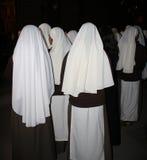 Monjas del misionario que esperan dentro de la catedral. Fotos de archivo libres de regalías