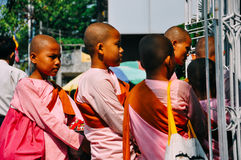 Monjas que entran un convento de monjas en Rangún Foto de archivo