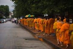 Monje Alms Giving Procession imagen de archivo libre de regalías