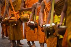 Monje Alms Giving Procession foto de archivo