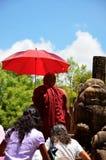 Monje budista como quide, Polonnaruwa, Srí Lanka fotos de archivo