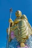 Monje budista de oro de la escultura Fotos de archivo