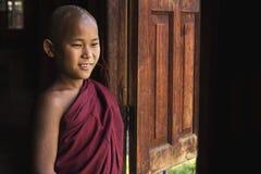 Monje budista del novato feliz en el pueblo de Indein, lago Inle, Myanmar Imagenes de archivo
