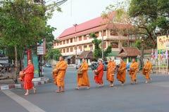 Monje budista editorial en Chiang Mai Tailandia en la calle fotos de archivo libres de regalías