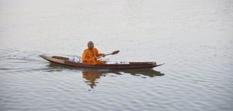 Monje budista en el río Foto de archivo