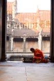 Monje budista en el templo de Angkor Wat Imagenes de archivo