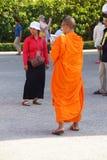 Monje budista joven que comprueba el teléfono móvil Imágenes de archivo libres de regalías