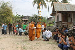 Monje budista que camina, Tailandia Foto de archivo