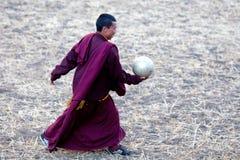Monje budista que juega a fútbol Imágenes de archivo libres de regalías