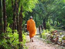 Monje budista Walking para la comida Receive por la mañana en Kanchanaburi, Tailandia Monje budista Thailand, monje Imagen de archivo