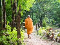 Monje budista Walking para la comida Receive por la mañana en Kanchan imagen de archivo