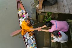 Monje Collecting Alms en el río de Amphawa fotografía de archivo