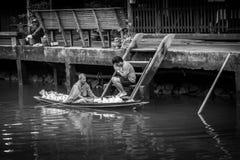 Monje Collecting Alms en el río de Amphawa imagen de archivo