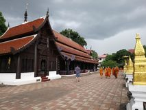 Monje de los niños que da un paseo alrededor del templo foto de archivo