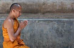 Monje en el templo de Mahabodhi, Bodhgaya, la India Imágenes de archivo libres de regalías