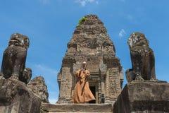 Monje en el templo del este de Mebon, Angkor Wat Imagenes de archivo