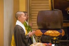 Monje japonés en el templo de Zojoji en Tokio fotografía de archivo