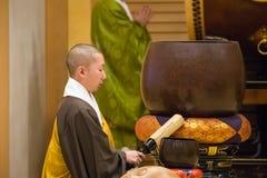 Monje japonés en el templo de Zojoji en Tokio imagenes de archivo