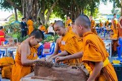 Monje joven budista en el wat del templo de Tailandia que hace artes de la mano Fotos de archivo