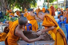 Monje joven budista en el wat del templo de Tailandia que hace artes de la mano Foto de archivo libre de regalías