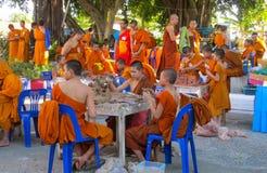 Monje joven budista en el wat del templo de Tailandia que hace artesanías Imagen de archivo libre de regalías