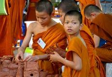 Monje joven budista en el wat del templo de Tailandia que hace artesanías Fotografía de archivo libre de regalías