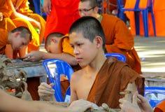 Monje joven budista en el wat del templo de Tailandia que hace artesanías Imágenes de archivo libres de regalías