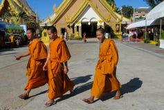 Monje joven budista en wat del templo de Tailandia Fotos de archivo libres de regalías