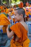 Monje joven budista en wat del templo de Tailandia en el selebration Imagen de archivo libre de regalías