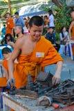 Monje joven budista en wat del templo de Tailandia en el selebration Fotografía de archivo libre de regalías