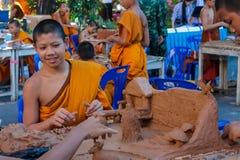 Monje joven budista en wat del templo de Tailandia en el selebration Fotos de archivo libres de regalías