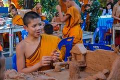 Monje joven budista que hace artes de la mano Fotos de archivo libres de regalías