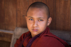 Monje joven del retrato en un monasterio Lago Inle, Myanmar Fotos de archivo libres de regalías
