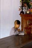 Monje joven que estudia en un templo Fotos de archivo libres de regalías