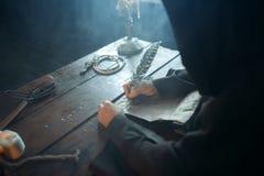 Monje medieval que se sienta en la tabla y escribir, visión superior foto de archivo libre de regalías