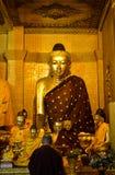 Monje que ruega al Buda en la pagoda de Shwedagon, Myanmar imagen de archivo libre de regalías