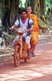 Monje sonriente en la moto - Camboya Imagenes de archivo