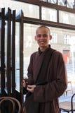 Monje sonriente en un restaurante en Praga