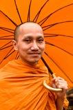 Monje tailandés con el paraguas Foto de archivo libre de regalías