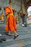 Monje tailandés que camina en templo a la adoración Fotografía de archivo libre de regalías