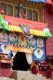 Monje tibetano con el templo Fotos de archivo libres de regalías
