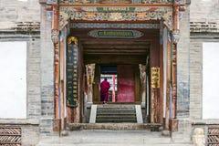 Monje Is Walking Into el templo tibetano imagenes de archivo
