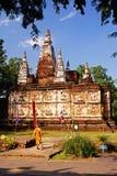 Monje y templo Imagen de archivo libre de regalías