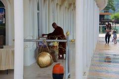 Monje y templo de Tailandia imagen de archivo