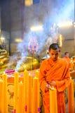 Monjes budistas chinos que encienden las velas Fotos de archivo libres de regalías